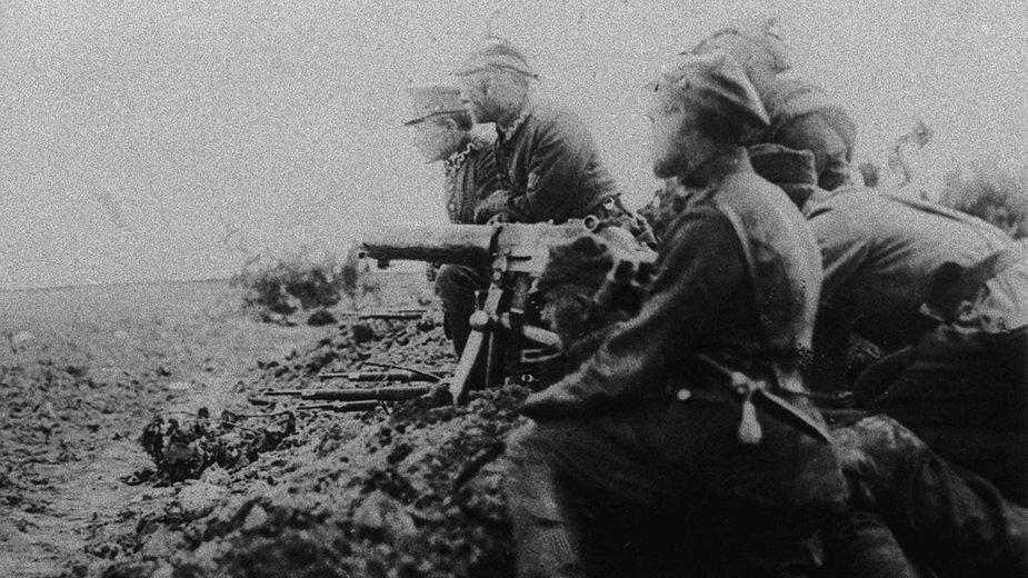 Polscy żołnierze z karabinem maszynowym na polu bitwy pod Radzyminem