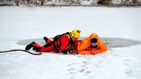 Jak wydostać się z wody, kiedy załamie się pod nami lód?