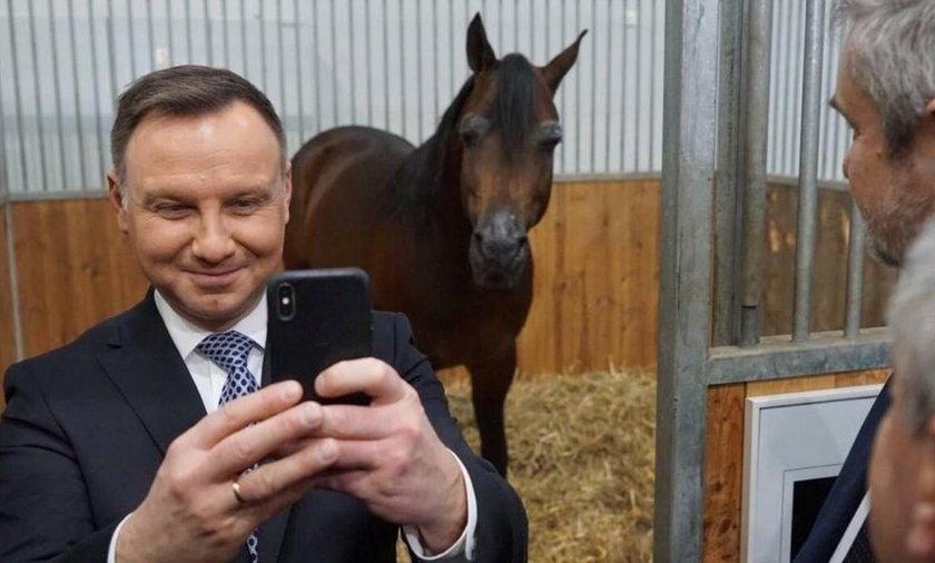 Andrzej Duda robi selfie z koniem