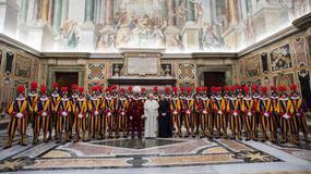Gwardia Szwajcarska w Watykanie ma nowe hełmy