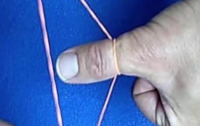 Evo kako treba da obmotate gumicu oko palca. Oprezno! Ne zatežite mnogo jako!