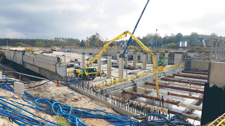 W każdym miesiącu IV kw. produkcja budowlano-montażowa było niższa niż rok wcześniej