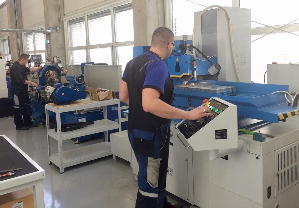 W Centrum Turbin Gazowych GE w Warszawie wykorzystywane są też manualne frezarki i szlifierki