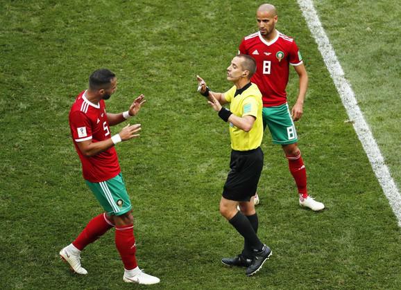 Marokanac Mehdi Benatija u raspravi Markom Gejgerom, koji je sudio meč sa Portugalom