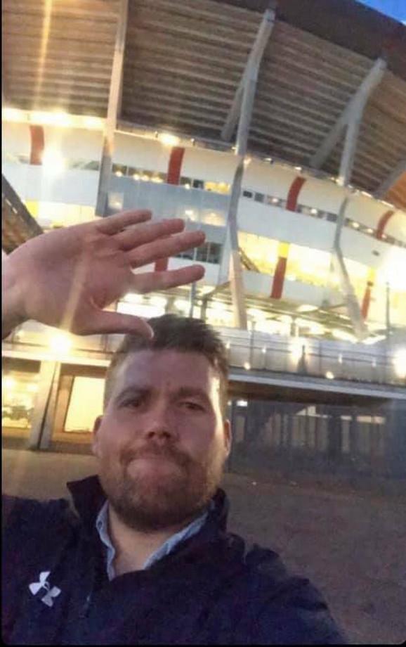 Navijač Totenhema napušta stadion Ajaksa na poluvremenu