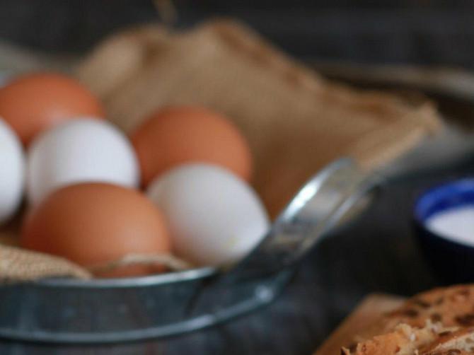 OVAJ TRIK ŠTEDI VREME I NOVAC: Evo kako da za samo NEKOLIKO SEKUDNI oljuštite jaja
