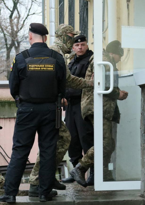 Zorganizowanie sądu na Krymie sprawia, że do marynarzy nie mógł przybyć ukraiński konsul, aby nie zostało to zinterpretowane jako uznanie de facto aneksji półwyspu.