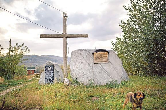 Krst pored obeležja poginulima u balkanskim i Prvom svetskom ratu poslužio je kao dalekovod