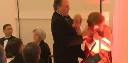 Skandaliczne zachowanie polityka. Tak potraktował kobietę, która przeszła obok niego. Jest FILM