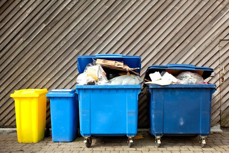 Ustawa przewiduje wyższe opłaty (od dwóch do czterech razy więcej) dla osób, które nie segregują odpadów.