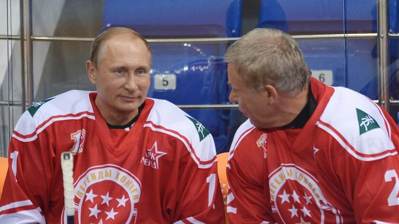 RUSSIA PUTIN ICE HOCKEY (Vladimir Putin takes part in a match between former Russian ice hockey stars and students)