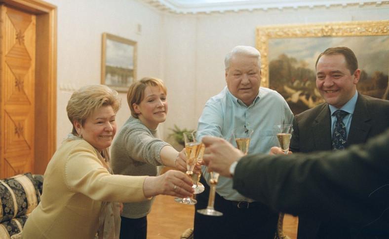 Borys Jelcyn wraz z rodziną podczas toastu na cześćPutina