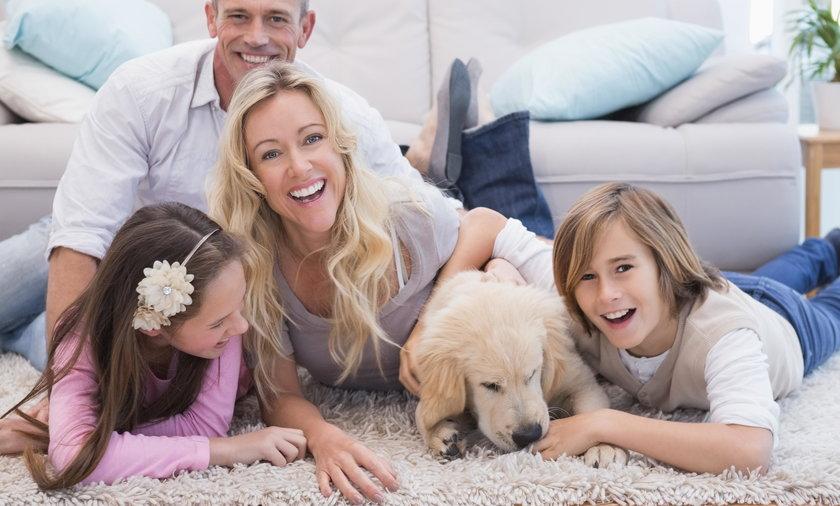 Rodzina z psem w domu