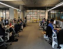 Siedzenie w pracy obok odpowiedniej osoby może zwiększać naszą efektywność