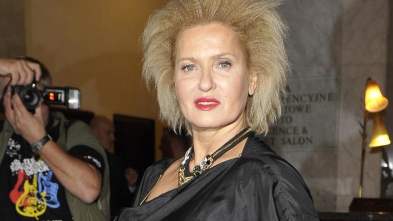 Włosy Ewy Kasprzyk zostały potraktowane tzw. gofrownicą.