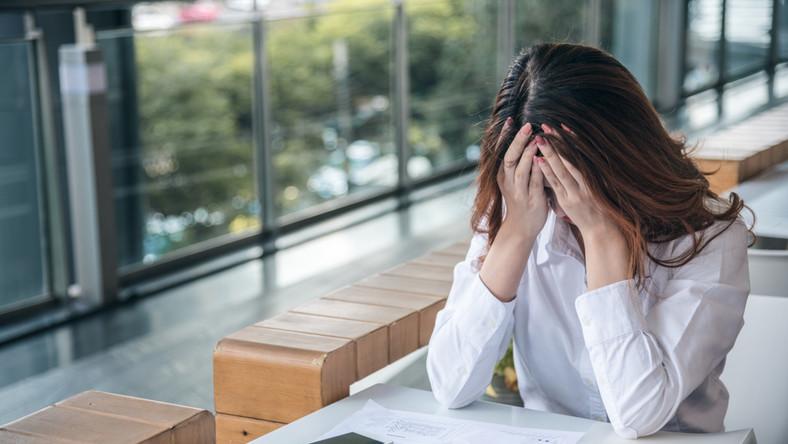 smutek, dokumenty, praca, załamanie, ból, utrata pracy, bezrobotny, bezrobocie, problem. / fot. Shutterstock