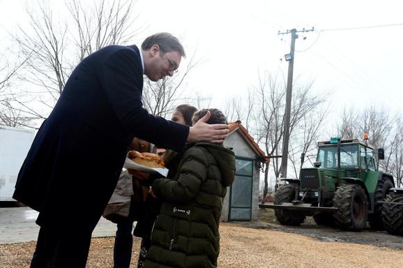 Porodica Maksimović je predsednika dočekala na tradicionalan način, uz pogaču i so