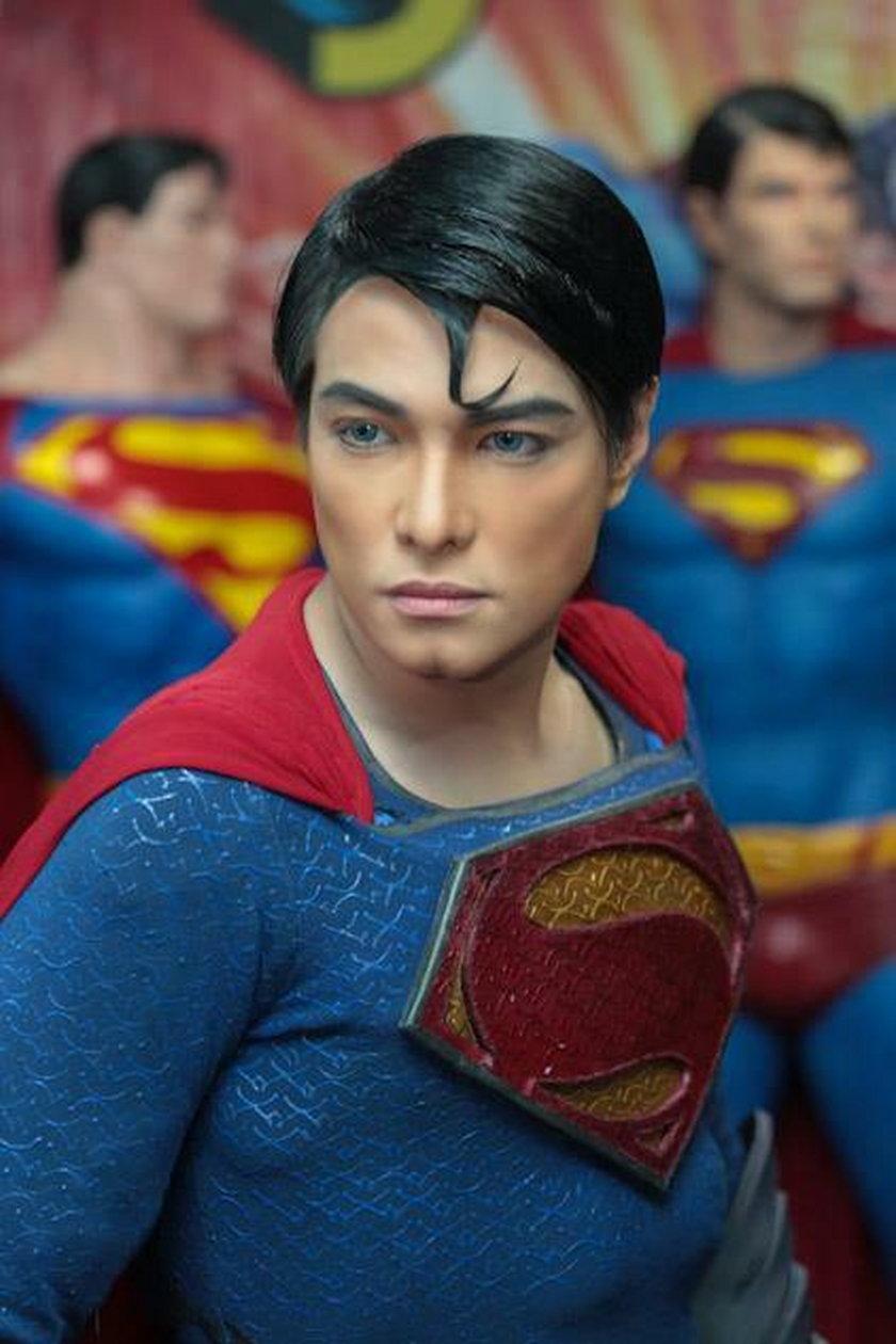 Chce wyglądać jak Superman. Miał 23 operacje