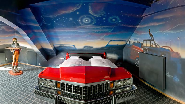 Inny pomysł to urządzenie pokoju na wzór kina samochodowego. Jest i stylowy cadillac, i posadzka imitująca asfalt, i dużych rozmiarów ekran
