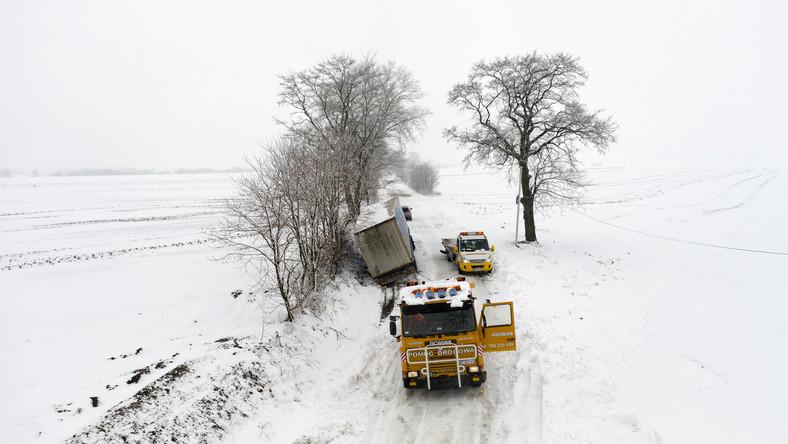 Wyciąganie ciężarówki w miejscowości Łowce