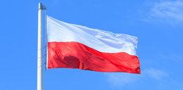 W kałuży leżała polska flaga. Co zrobił przechodzień? To nagranie podbija internet