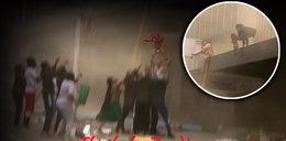 Postapokaliptyczne sceny w mieście. Wyrzuciła maluszka z podpalonego przez rabusiów budynku. NAGRANIE