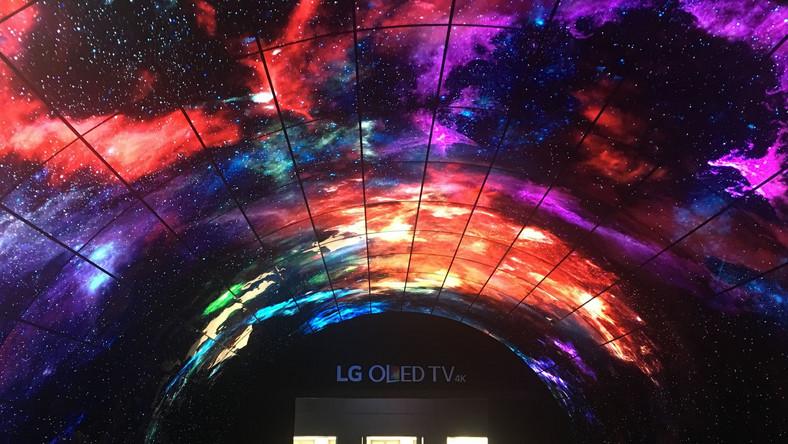 Do stoiska LG prowadził tunel, wyłożony panelami OLED, pokazującymi zorzę polarną i kosmos. Wyglądało to rewelacyjnie.