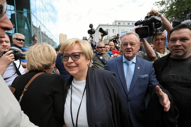 Małgorzata Gersdorf, która ukończyła 65. rok życia, nie złożyła takiego oświadczenia. Gersdorf - wybrana na I prezesa SN w 2014 r. - podkreślała wielokrotnie, że kadencja I prezesa SN zgodnie z konstytucją trwa 6 lat.