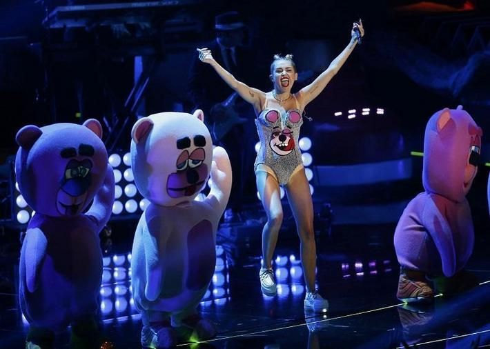 "Singer Miley Cyrus performs ""We Can't Stop"" during the 2013 MTV Video Music Awards in New York Augus"