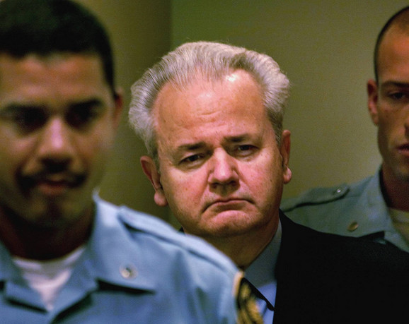 ...i Milošević tokom suđenja u Hagu