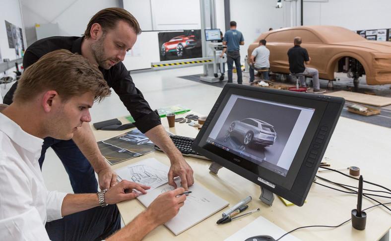 Kamil Łabanowicz (biała koszula) w trakcie projektowania pierwszego SUV-a Audi na prąd, czyli e-tron quattro