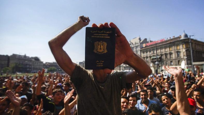 Tłum imigrantów przed dworcem w Budapeszcie