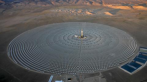 Elektrownia słoneczna Crescent Dunes zaprojektowana przez SolarReserve. Ich Sandstone miałaby składać się z 10 takich wież