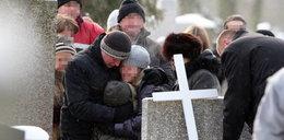 Pogrzeb bliźniaków, a ordynator szpitala na nartach!