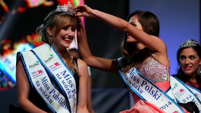 Ubiegłoroczna laureatka Miss Polski na Wózku 2014 Julia Torla przekazuje koronę nowej Miss Katarzynie Kozioł...