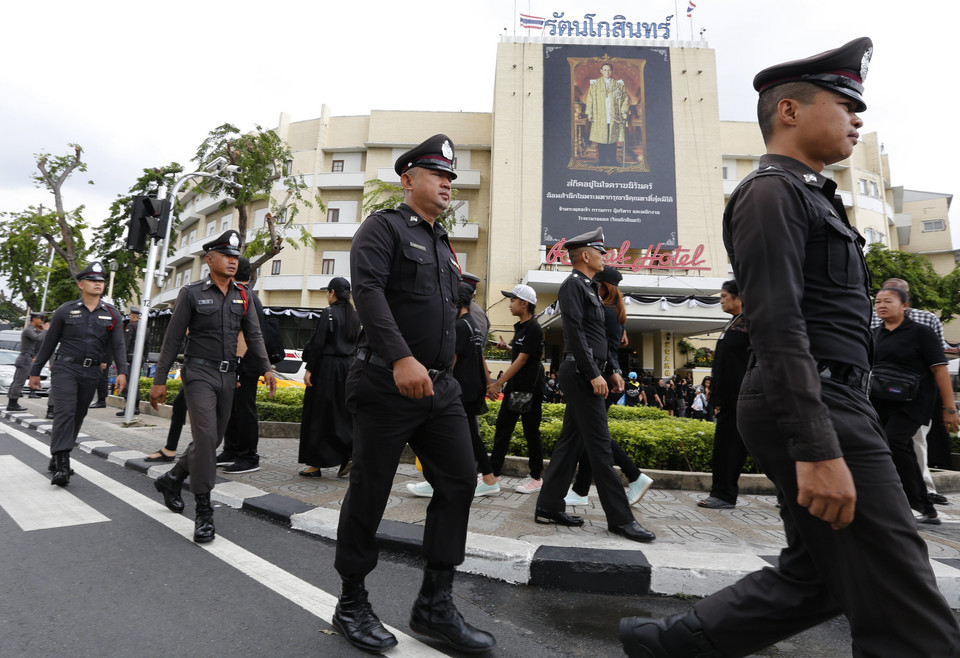 THAILAND ROYALTY KING MOURNING (Thai mourners wait to take part the Royal Cremation ceremony)