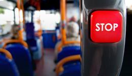Brytyjscy specjaliści apelują o... nieustępowanie miejsc osobom starszym w komunikacji miejskiej