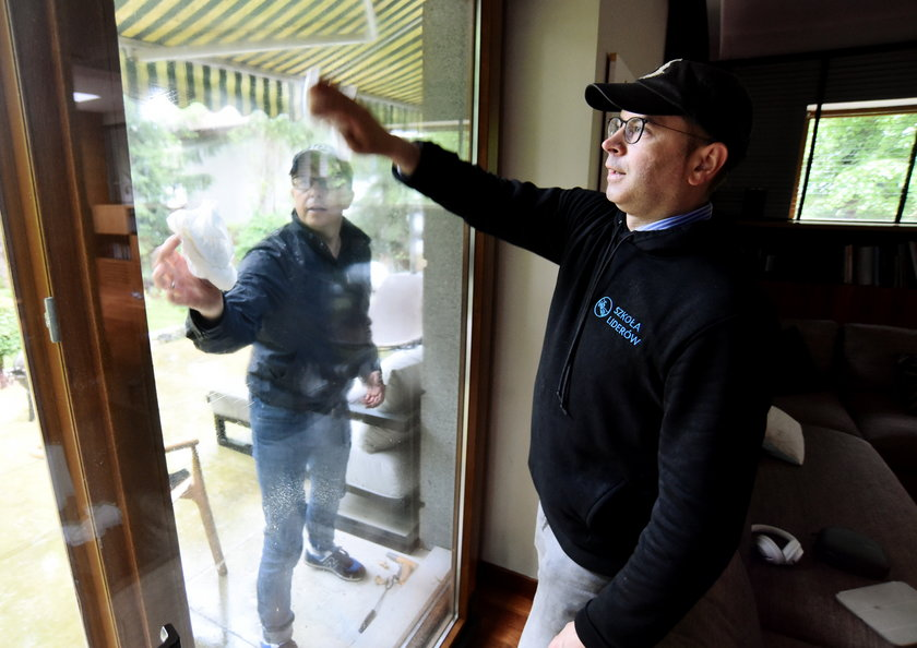 Dariusz Joński i Michał Sczerba wysprzątali z zewnątrz i wewnątrz dom w podwarszawskim Komorowie