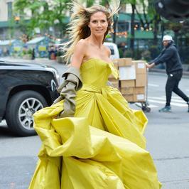 Heidi Klum w pięknej stylizacji na sesji zdjęciowej. Kogoś Wam przypomina?