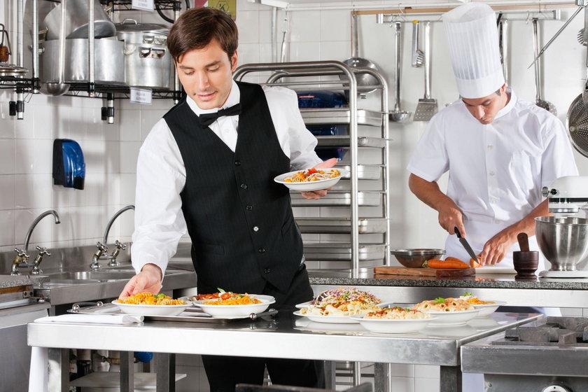 Kelner w pracy
