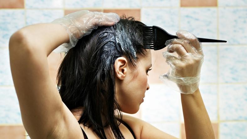 Farbujesz włosy samodzielnie? Poznaj zasady, według których powinno się to robić.