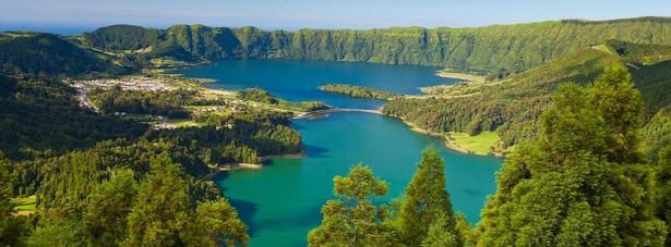 """Azory – najbardziej """"zielone"""" miejsce w Europie. Po raz kolejny portugalskie wyspy zdeklasowały swoich konkurentów w walce o tytuł o najbardziej ekologiczne miejsce, zdobywając nagrodę QualityCoast Gold. Azory to malownicze portugalskie, wulkaniczne wyspy położone na Oceania Atlantyckim. Turystów przyciągają naturalne atrakcje turystyczne – plaże, góry, jeziora i kratery."""