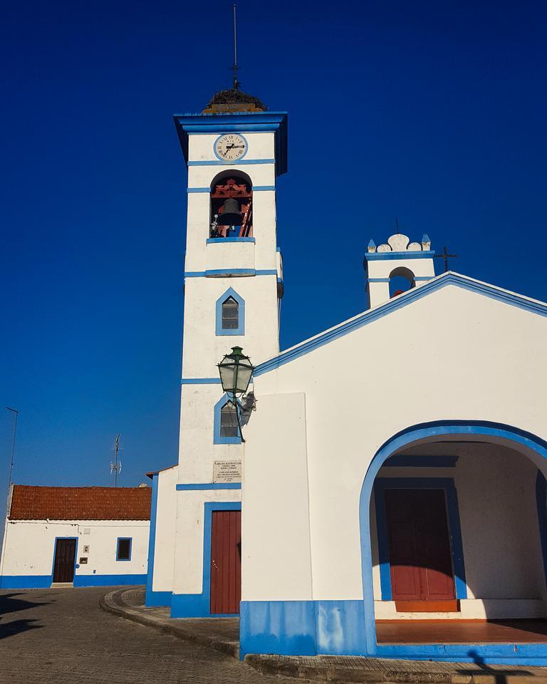 Santa Susana - urokliwe miasteczko z tradycyjnymi białymi domami z niebieskimi paskami