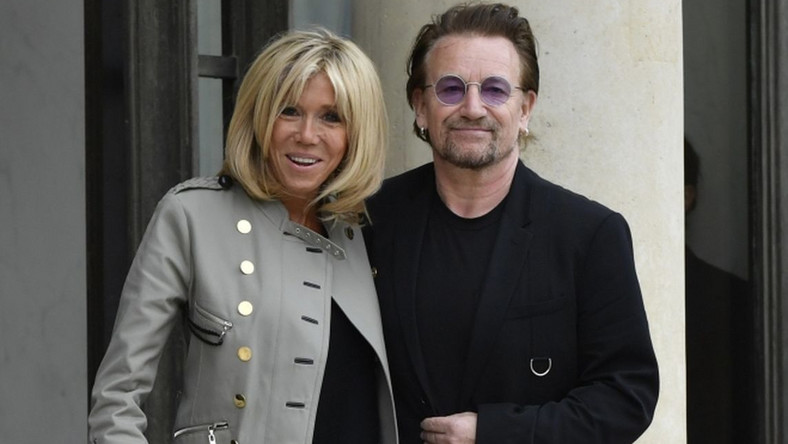 Bono pojawił się w Pałacu elizejskim, by spotkać się z prezydentem Emmanuelem Macronem. Wokalista wystąpił nie jako muzyk, ale jako działacz założonej przez siebie fundacji One, której celem jest walka z biedą i chorobami, głównie w Afryce.