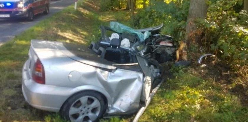 Wjechał kabrioletem w drzewo. Auto rozpadło się na pół