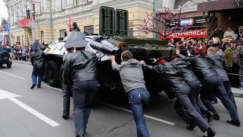 Transporter opancerzony potrzebuje pomocy (źródło: OnlineMagazin