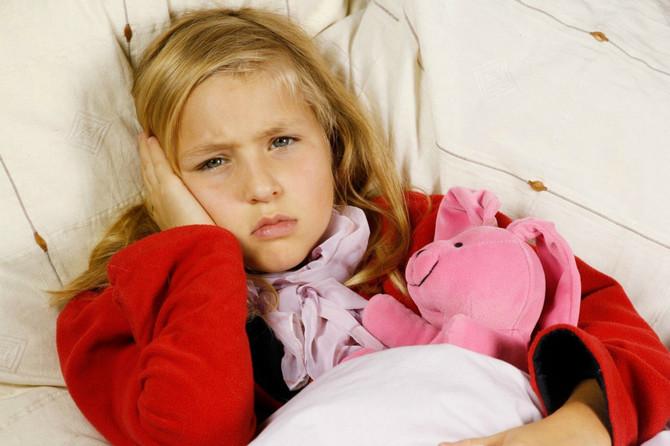 Bolesno dete često oseća šum i pritisak u uhu, a iz uveta može curiti i tečnost