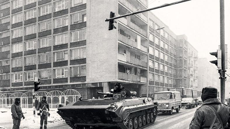 Ponura codzienność początku lat osiemdziesiątych pogrążonych w stanie wojennym. To jedna z chwil burzliwej historii Warszawy uchwyconych w czarno-białym kadrze. Fotografie opublikowane w albumie pochodzą ze zbiorów zgromadzonych w Narodowym Archiwum Cyfrowym...