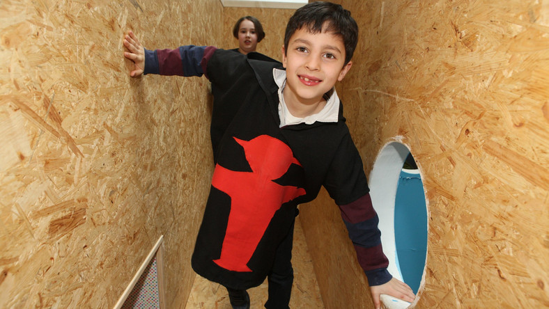 Labyrinth Kindermuseum to nie tylko muzeum, lecz także centrum nauki i zabawy. Idealne dla dzieci w wieku 3-12 lat. Pozwala na aktywne uczestnictwo w zwiedzaniu ekspozycji dzięki nowoczesnym technologiom. Wystawy dotyczą wielu różnych tematów: od książek Astrid Lindgren, przez prawa dziecka, po hodowanie roślin w ogródku. Dzięki temu, że są interaktywne: eksponatów można dotykać, przestawiać je, rozkładać i składać na nowo – dzieci najszybciej poznają świat przez zabawę. Nikt nie ma pretensji o bieganie czy hałas. Wręcz przeciwnie – ta energia jest tu bardzo mile widziana.