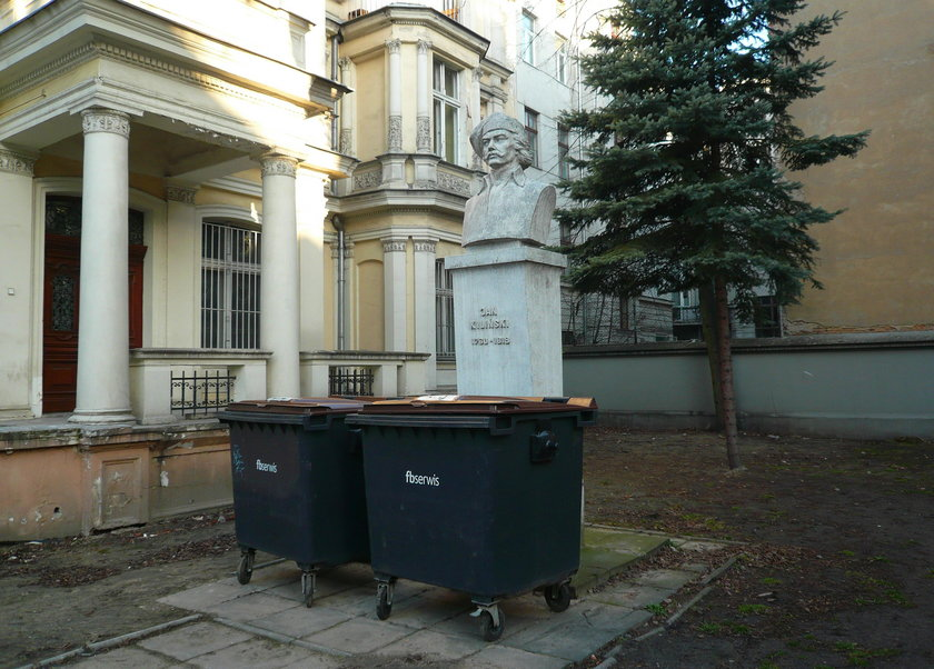 Pomnik Jana Kilińskiego obok dawnej Izby rzemieślniczej